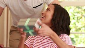 Przystojny mężczyzna gifting jego dziewczyny zdjęcie wideo