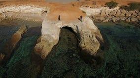Przystojny mężczyzna i kobieta przy skałą blisko morza w Cypr zbiory