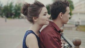 Przystojny mężczyzna i kobiety przytulenie Potomstwa dobierają się uścisk each inny na miasto ulicie zbiory