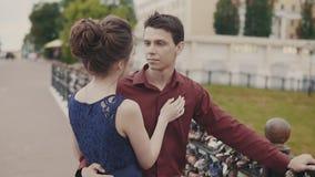 Przystojny mężczyzna i kobiety przytulenie Potomstwa dobierają się uścisk each inny na miasto ulicie zbiory wideo