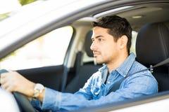 Przystojny mężczyzna jedzie samochód obrazy stock