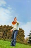 Przystojny mężczyzna jest bawić się Frisbee Zdjęcia Stock
