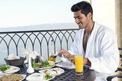 Przystojny mężczyzna jest ubranym bathrobe & ma śniadanie plenerowego Zdjęcie Stock