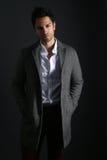Przystojny mężczyzna jest ubranym długiego żakiet zdjęcia stock