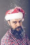 Przystojny mężczyzna jest ubranym Santa nakrętkę z długą brodą Zdjęcie Royalty Free