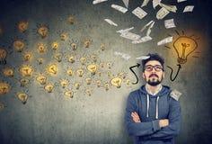 Przystojny mężczyzna kontempluje na nowym finansowo pomyślnym pomysle obraz stock
