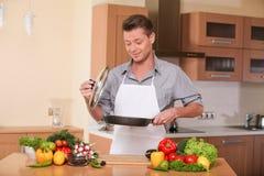 Przystojny mężczyzna mienie smaży nieckę dla świeżych vegatebles Zdjęcia Stock