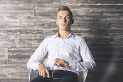 Przystojny mężczyzna na krześle Zdjęcia Stock