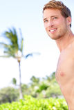 Przystojny mężczyzna na tropikalnej plaży Obrazy Stock