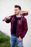 Przystojny mężczyzna niesie gitarę na jego brać na swoje barki obraz royalty free