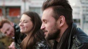 Przystojny mężczyzna opowiada młoda kobieta i mężczyzna opiera na bridżowym poręczu Słuchają i skiną Zakończenie, boczny widok, w zbiory wideo