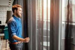 Przystojny mężczyzna patrzeje pejzaż miejskiego fotografia royalty free