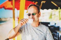 Przystojny mężczyzna pije ranek kawę Obrazy Stock