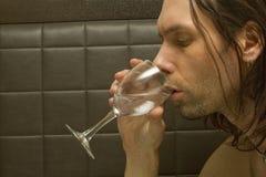 Przystojny mężczyzna Pije wino zdjęcia stock