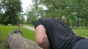 Przystojny mężczyzna podczas krzyża napadu trenować plenerowy zbiory