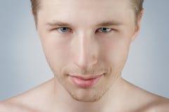 Przystojny mężczyzna portret z niebieskimi oczami obrazy stock
