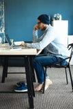 Przystojny mężczyzna pracuje od jego ministerstwa spraw wewnętrznych Analizuje plany biznesowych na laptopie Zamazany tło, ekrano Obraz Royalty Free