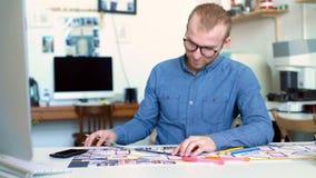 Przystojny mężczyzna, projektant pracuje w kreatywnie agencyjnym biurze zdjęcie wideo