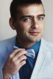 Przystojny mężczyzna przystosowywa łęku krawat Obraz Stock