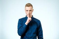 Przystojny mężczyzna robi cisza gestowi zdjęcie stock