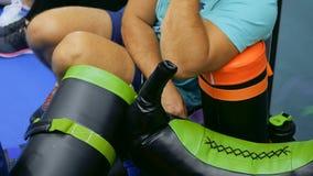 Przystojny mężczyzna słucha trenera na sporta konwersatorium w gym zdjęcie wideo
