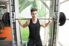 Przystojny mężczyzna szkolenie w gym Fotografia Royalty Free