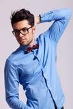 Przystojny mężczyzna target159_0_ okulary przeciwsłoneczne i łęku krawat Zdjęcia Stock