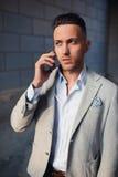 przystojny mężczyzna telefonu target1886_0_ zdjęcia royalty free