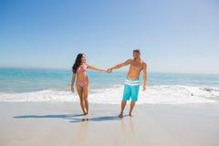 Przystojny mężczyzna trzyma jego dziewczyny rękę Obraz Royalty Free