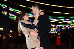 Przystojny mężczyzna trzyma jego panny młodej Fotografia Royalty Free
