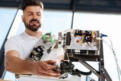 Przystojny mężczyzna trzyma rękę przyszłościowy ludzki robot Obraz Stock