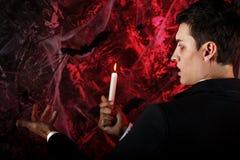 przystojny mężczyzna ubierał w Dracula kostiumu dla Halloween zdjęcie royalty free