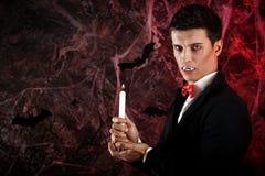 przystojny mężczyzna ubierał w Dracula kostiumu dla Halloween obrazy stock