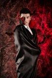 przystojny mężczyzna ubierał w Dracula kostiumu dla Halloween obrazy royalty free
