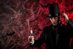 przystojny mężczyzna ubierał w Dracula kostiumu dla Halloween fotografia royalty free