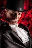 przystojny mężczyzna ubierał w Dracula kostiumu dla Halloween zdjęcia royalty free