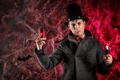 przystojny mężczyzna ubierał w Dracula kostiumu dla Halloween fotografia stock