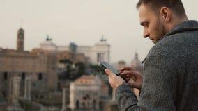 Przystojny mężczyzna use smartphone Atrakcyjny męski bierze fotografię na telefonie komórkowym, używa kamerę na telefonie komórko Fotografia Stock