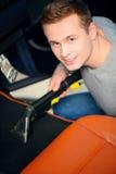 Przystojny mężczyzna vacuuming jego samochód Zdjęcia Royalty Free