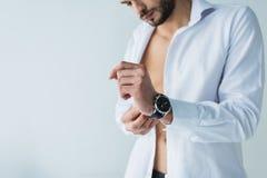 przystojny mężczyzna w białym koszulowym jest ubranym wristwatch, fotografia stock