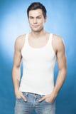 Przystojny mężczyzna w białym podkoszulku bez rękawów Zdjęcia Stock
