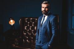 Przystojny mężczyzna w eleganckim kostiumu w luksusowym wnętrzu Zbliżenie portret Modny Ufny mężczyzna W Luksusowym mieszkaniu zdjęcie royalty free