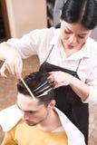 Przystojny mężczyzna w fryzjerstwo barze Zdjęcie Royalty Free