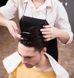 Przystojny mężczyzna w fryzjerstwo barze Obraz Royalty Free
