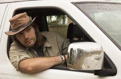 Przystojny mężczyzna w kowbojskim kapeluszu w samochodzie 4x4 Safari styl Fotografia Royalty Free