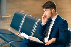 Przystojny mężczyzna w lotnisku Fotografia Royalty Free