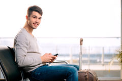 Przystojny mężczyzna w lotnisku Zdjęcie Stock