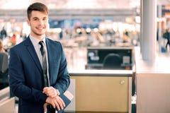 Przystojny mężczyzna w lotnisku Fotografia Stock