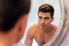 Przystojny mężczyzna w lustrze obrazy royalty free
