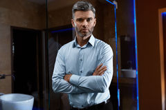 Przystojny mężczyzna W modzie Odziewa W Luksusowym wnętrzu Biznesmen Zdjęcia Stock
